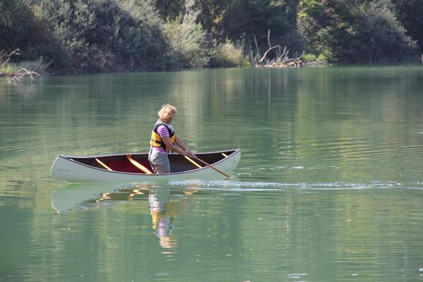 Marianne paddelt ihr Felicity FreeStyle Canoe von Lake Constance Canoes